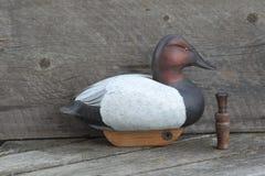 Ręka rzeźbiąca drewniana kaczka wabije Obraz Stock