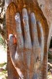 Ręka rzeźbiący drzewny bagażnik Zdjęcia Royalty Free