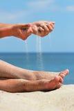 Ręka rzuca piasek zdjęcie royalty free