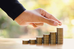 ręka save pieniądze z sterta pieniądze monetą dla narastającego wykresu twój autobus Zdjęcie Stock