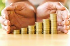 ręka save pieniądze z sterta pieniądze monetą dla narastającego wykresu twój autobus Obraz Royalty Free