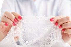 Ręka seksowni młodej kobiety mienia koronki majtasy Zdjęcie Royalty Free