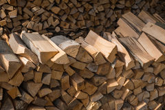 Ręka siekający drewniany notuje dalej stos Fotografia Royalty Free