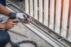 Ręka Spawa stali nierdzewnej drzwiową ramę pracownika mężczyzna wewnątrz przewyższa Zdjęcie Royalty Free