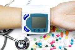 Ręka sprawdza ciśnienie krwi Zdjęcie Stock