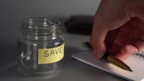 Ręka stawia pióro na otwartym notatniku zdjęcie wideo