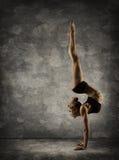 Ręka stojak, kobiety Handstand, dziewczyna akrobata wykonawca Wręcza pozycję fotografia royalty free