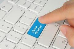 Ręka target895_1_ błękitny otwarte źródła klawiaturowego guzika Fotografia Royalty Free