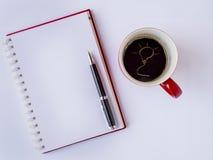 Ręka tonie żarówka na górze filiżanki kawy Obrazy Stock