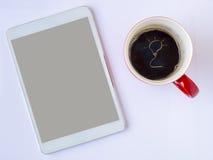 Ręka tonie żarówka na górze filiżanki kawy Zdjęcie Stock