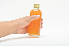 Ręka trzyma świeżego pasyjnego owocowego sok Fotografia Stock