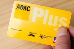 Ręka trzyma ADAC samochodu klubu klubu niemiecką kartę Zdjęcie Stock
