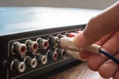 Ręka trzyma AV kablowy, łączy ostrość Audio i wideo ci obraz stock