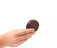 Ręka trzyma biskwitową kanapkę z czekoladą. Zdjęcia Royalty Free