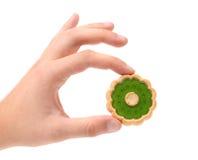 Ręka trzyma ciastko z kiwi dżemem. Fotografia Stock