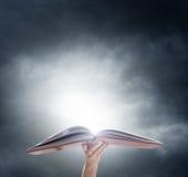 Ręka trzyma dalej rozpieczętowaną magii książkę Obraz Royalty Free