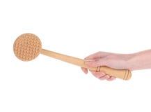 Ręka trzyma drewnianego mięsnego tenderizer. Zdjęcia Royalty Free