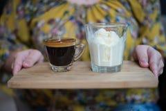 Ręka trzyma filiżankę Affogato kawa espresso z lody na Drewnianej desce lub kawa kobieta Fotografia Stock
