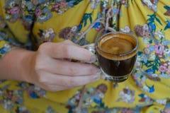 Ręka trzyma filiżankę kawy espresso kawa kobieta, gorąca kawa Zdjęcie Stock