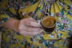 Ręka trzyma filiżankę kawy kobieta, gorąca kawy espresso kawa Obrazy Stock