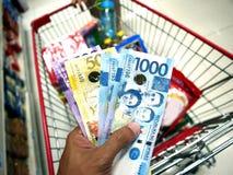 Ręka trzyma Filipińskiego peso rachunki fotografia royalty free