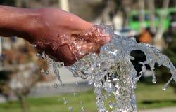Ręka Trzyma fontannę woda w Baku Obrazy Stock