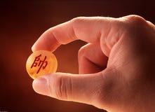 Ręka trzyma kawałek chiński szachy zdjęcia royalty free
