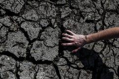 Ręka trzyma krakingową pustynię Obraz Royalty Free