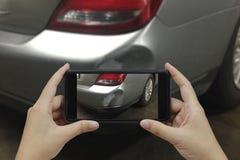 Ręka trzyma mądrze telefon bierze fotografii przy sceną samochodowych cras obrazy royalty free