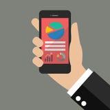 Ręka trzyma mądrze telefon z analizować wykres Zdjęcie Stock