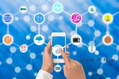 Ręka trzyma mądrze telefon z online władza guzika internetem th Obrazy Stock