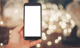 Ręka trzyma mądrze telefon z pustym ekranem na tle chri Zdjęcia Royalty Free