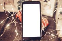 Ręka trzyma mądrze telefon z pustym ekranem na tle chri Zdjęcie Stock