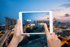 Ręka trzyma mądrze telefonu use AR podaniowy sprawdzać istotnego wewnątrz Obrazy Royalty Free