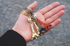 Ręka trzyma małe wieże eifla Zdjęcia Royalty Free