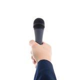 Ręka trzyma mikrofon odizolowywający na bielu zdjęcie stock