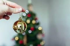 Ręka trzyma piłkę abstrakcjonistycznych gwiazdkę tła dekoracji projektu ciemnej czerwieni wzoru star white nowy rok, wakacje Zdjęcia Stock