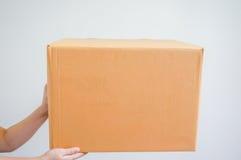 Ręka trzyma pudełko Zdjęcie Royalty Free