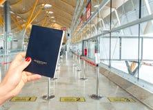 Ręka trzyma rodzajowego paszport tuż przed abordażem Trzy różnej linii Zdjęcia Stock