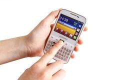 Ręka trzyma Samsung galaktykę Y Pro B5510 Zdjęcia Stock