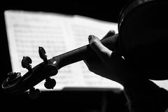 Ręka trzyma skrzypce obrazy stock