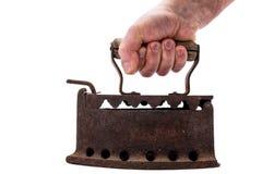Ręka trzyma starego ośniedziałego żelazo na białym tle prasowanie zdjęcie stock