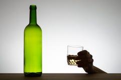 Ręka trzyma szkło wino Fotografia Stock