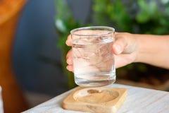 Ręka trzyma szkło woda pitna z lodem kobieta Zdjęcia Royalty Free