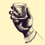 Ręka trzyma szklaną z silnym napojem Rocznik rysunkowa wektorowa ilustracja ilustracja wektor