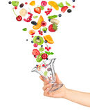 Ręka trzyma szklanego puchar owocowa sałatka Obraz Royalty Free