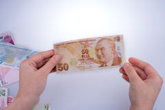 Ręka trzyma Turksh lira banknot w ręce Obrazy Stock