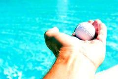 Ręka trzyma up piłkę Fotografia Stock