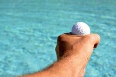 Ręka trzyma up piłkę Obraz Stock