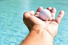 Ręka trzyma up piłkę Zdjęcie Royalty Free